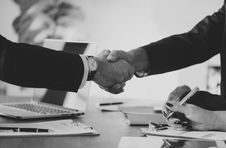 Free Grayscale Photo Of Person S Shake Hands Royalty Free Stock Photo - 116371615