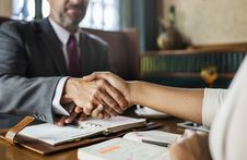 Free People Shaking Hands Stock Images - 116371624