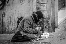 Free Grayscale Photography Of Man Praying On Sidewalk With Food In Front Royalty Free Stock Images - 116371629