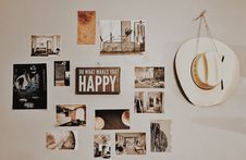 Free Photo Of Brown And White Photo Frames Hang In Wall Royalty Free Stock Photos - 116504538