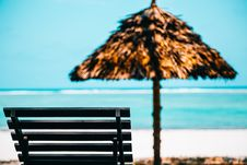 Free Beach Lounge Chair With Straw Parasol Stock Photography - 116504852