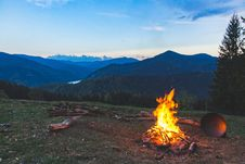 Free Bonfire Surrounded With Green Grass Field Stock Photography - 116695182