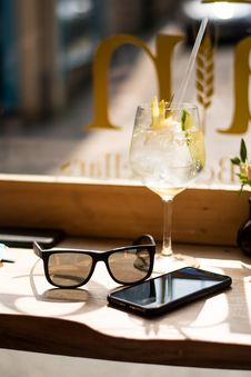 Free Wine Glass Beside Android Smartphone And Sunglasses Royalty Free Stock Images - 116695389