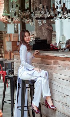 Free Women Sitting In The Bar Stool In Front Of Bar Counter Royalty Free Stock Photography - 116695447