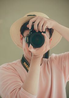 Free Man Holding Nikon Dslr Camera Royalty Free Stock Photos - 116695618