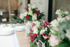 Free White And Pink Flower Bouquet On White Table Stock Photos - 116695643