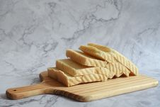 Free Slice Bread On Brown Chopping Board Royalty Free Stock Image - 116695706