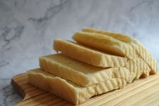 Free Sliced Loaf Bread On Chopping Boar Stock Photography - 116695712