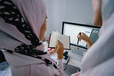 Free Woman In Pink Headscarf Stands In Front Of Silver Imac Stock Photo - 116776420