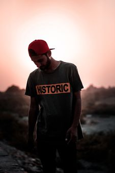 Free Man Wearing Gray T-shirt And Red Fitted Cap Stock Photography - 116853872