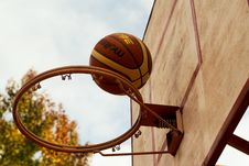 Free Brown Basketball Above Steel Basketball Hoop Stock Photography - 116984402