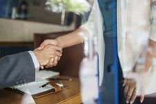 Free Man And Person Wearing White Suit Jacket Holding Both Of Their Hands Royalty Free Stock Photo - 116984445