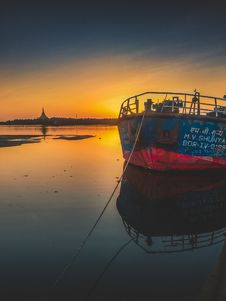 Free Blue And Red Ship During Golden Hour Royalty Free Stock Photos - 117112458