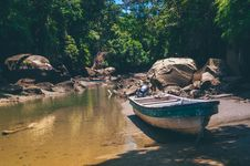 Free Green And White Fishing Boat Near Body Of Water Stock Photography - 117112622