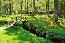 Free Brown Wooden House Near The Creek With A Bridge Royalty Free Stock Photo - 117112965