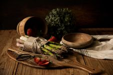 Free Asparagus On Wooden Board Beside Wooden Bowl Royalty Free Stock Images - 117112979