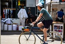 Free Man Wearing Grey T-shirt Riding Bicycle Royalty Free Stock Photo - 117352605