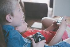 Free Two Boy And Girl Holding Game Controllers Stock Photography - 117352622