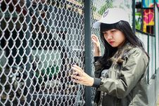 Free Woman Wearing Grey Bomber Jacket Leaning Near Grey Wire Fence Royalty Free Stock Photography - 117486337