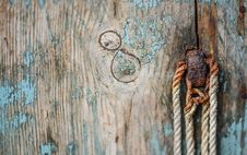 Free Brown Wooden Board With Rope Royalty Free Stock Image - 117688986
