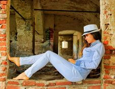 Free Woman In Blue Chambray Shirt And Blue Denim Jeans Posing For A Photo Royalty Free Stock Images - 117689019