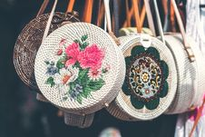 Free Round White And Pink Floral Woven Sling Bags Royalty Free Stock Photography - 117689187