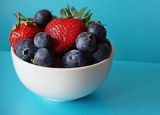Free Blueberries And Strawberries In White Ceramic Bowl Stock Image - 117689401