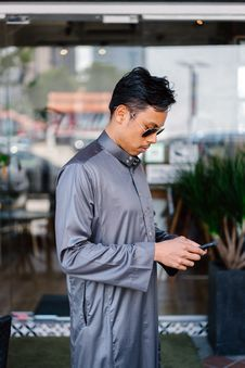 Free Man Wearing Gray Dress Shirt Royalty Free Stock Photography - 117852787
