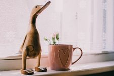 Free Brown Wooden Duck Figurine Near Brown Ceramic Mug Stock Images - 117852794