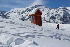 Free Person Doing Snow Ski Near House Royalty Free Stock Photos - 117917258