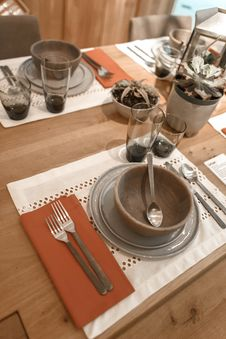Free Clear Glass Dinnerware Set Royalty Free Stock Photo - 117917325