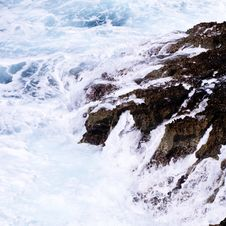Free Ocean Waves Crashing On Rock Formation Stock Images - 117917414