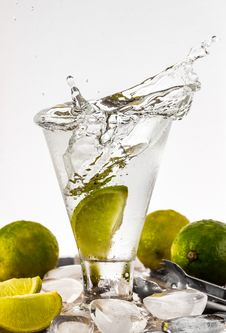 Free Water Filled Glass Cup With Sliced Lime Stock Photography - 117988972