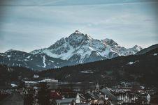 Free Snow Covered Mountain Near Village Under Blue Sky Royalty Free Stock Photos - 117989088