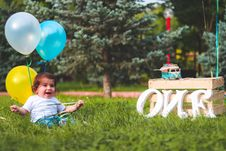 Free Girl Holding Blue And Yellow Balloons Royalty Free Stock Images - 117989259