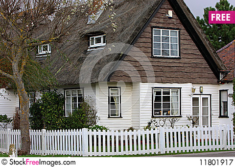 Free Thatched Cottage Royalty Free Stock Photography - 11801917