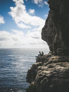 Free Two People Sitting By The Cliff Royalty Free Stock Photos - 118290638