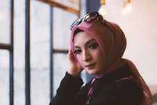 Free Woman In Pink Headdress With Sunglasses On Her Head Stock Photo - 118386180