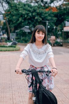 Free Woman Riding Bicycle Stock Photography - 118386252