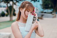 Free Woman Wearing White Sleeveless Top Holding Book Stock Images - 118386254