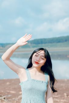 Free Woman Raising Hand To Cover Sunlight Royalty Free Stock Photography - 118386277