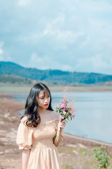 Free Photography Of A Woman Holding Flowers Royalty Free Stock Images - 118386339