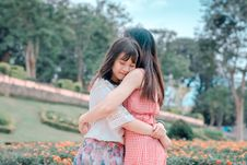 Free Candid Photography Of Two Female Hugging Royalty Free Stock Photo - 118464615