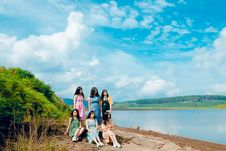 Free Photo Of Six Girls Near Body Of Water Royalty Free Stock Photo - 118464715