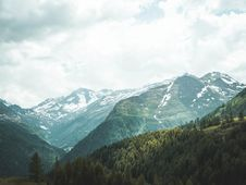 Free Green Mountains Under Blue Sky Photography Stock Photography - 118464872