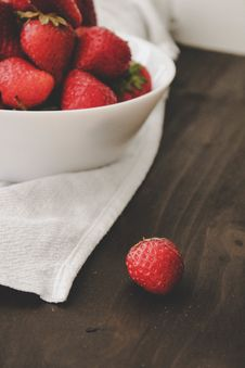 Free Red Strawberries On White Ceramic Bowl Royalty Free Stock Photography - 118598797