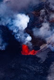 Free Red Lava And Smoke Of Volcano Stock Photo - 118598820
