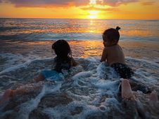 Free Photo Of Two Girls In Beach During Golden Hour Royalty Free Stock Images - 119007899