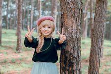 Free Girl Wearing Black Shirt Standing Near Tree Royalty Free Stock Photos - 119061788