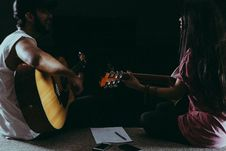 Free Man And Woman Playing Guitar Stock Images - 119061804